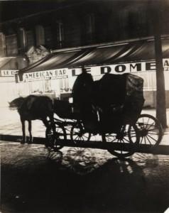 Photographie : BRASSAÏ Paris de Nuit - Un fiacre devant le café Dôme au carrefour Vavin, 1932 - Tirage argentique
